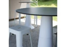 Table haute évasée blanche